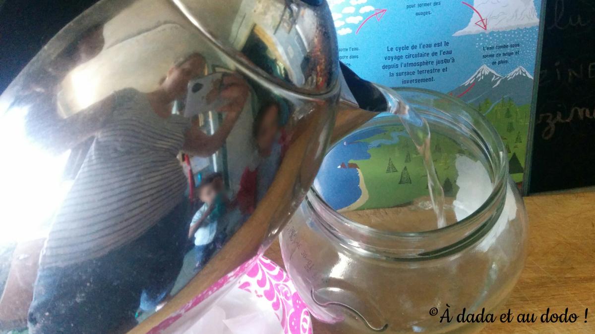verser de l'eau bouillante dans un bocal