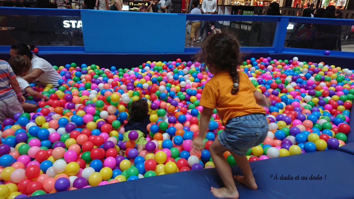 Enfants dans une piscine à balles