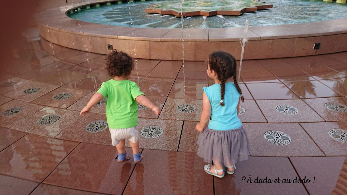 Enfants jouant avec les jets d'eau