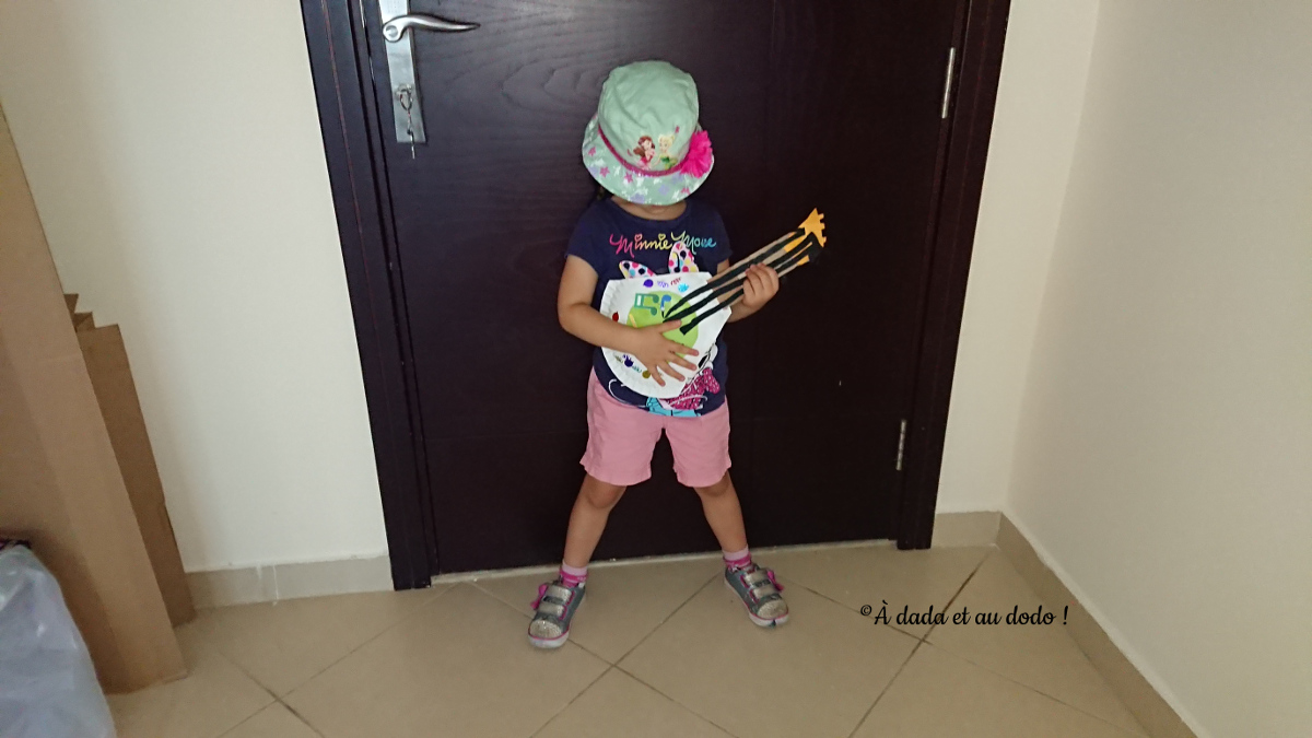 Petite fille à la guitare en carton
