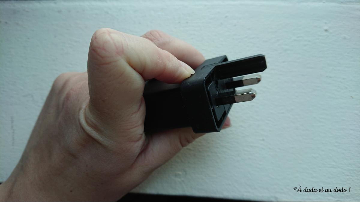 Prise d'un appareil électrique à Dubaï