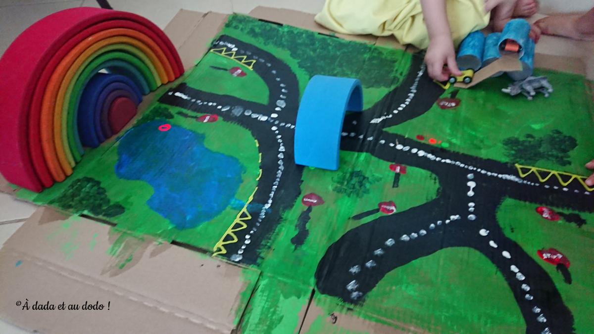 Circuit de petites voitures arc-en-ciel