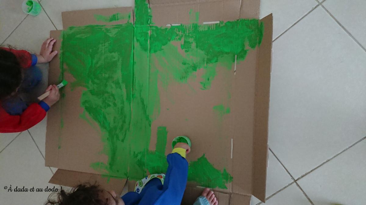 Peindre un carton en vert