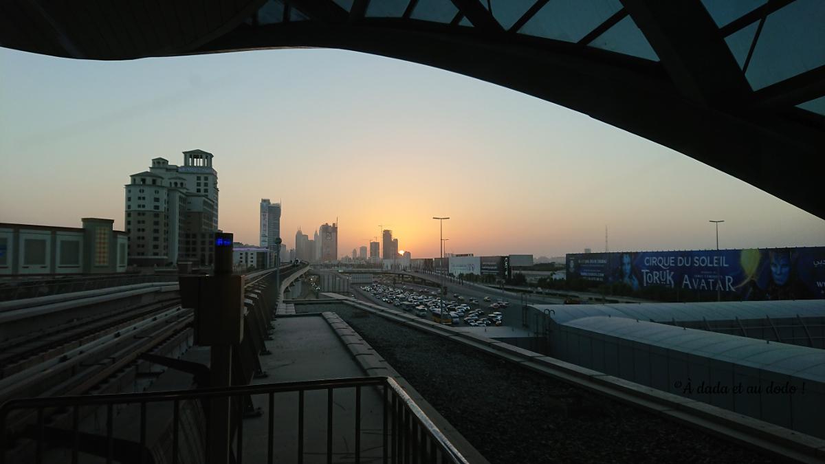 Coucher de soleil depuis une station de métro à Dubaï