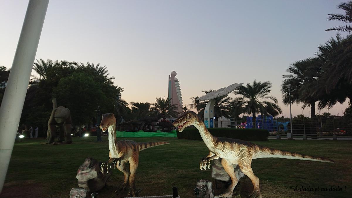 dinosaures et ligne d'horizon de Dubaï