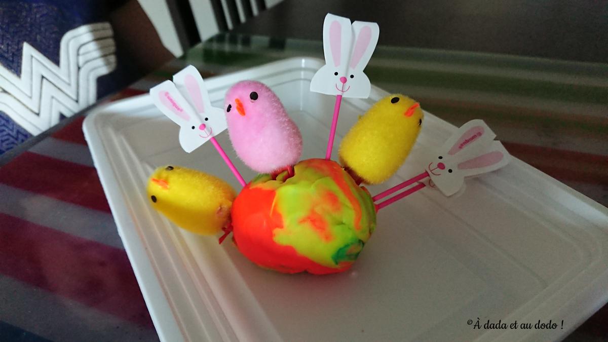 Poussins et lapins sur de la pâte à modeler