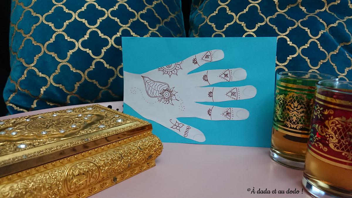 Dessin de main tatouée au henné