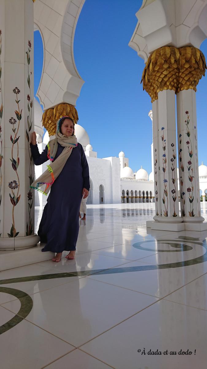 tenue vestimentaire pour les femmes dans une mosquée des Emirats Arabes Unis