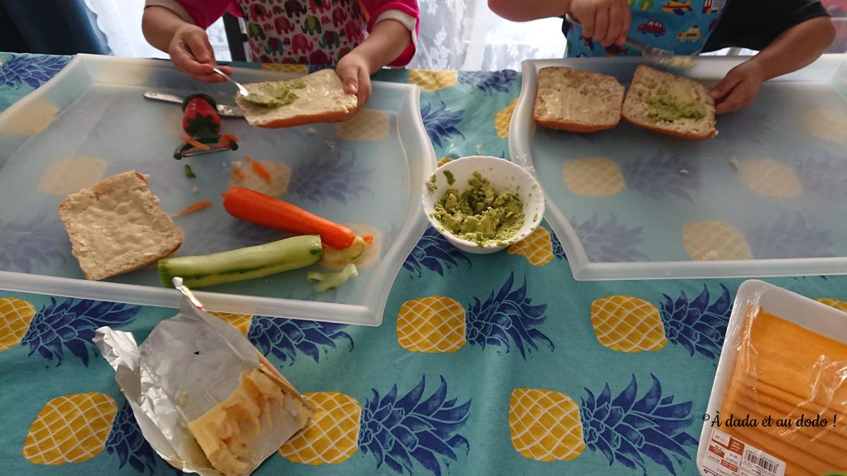 Enfant préparant leurs sandwichs