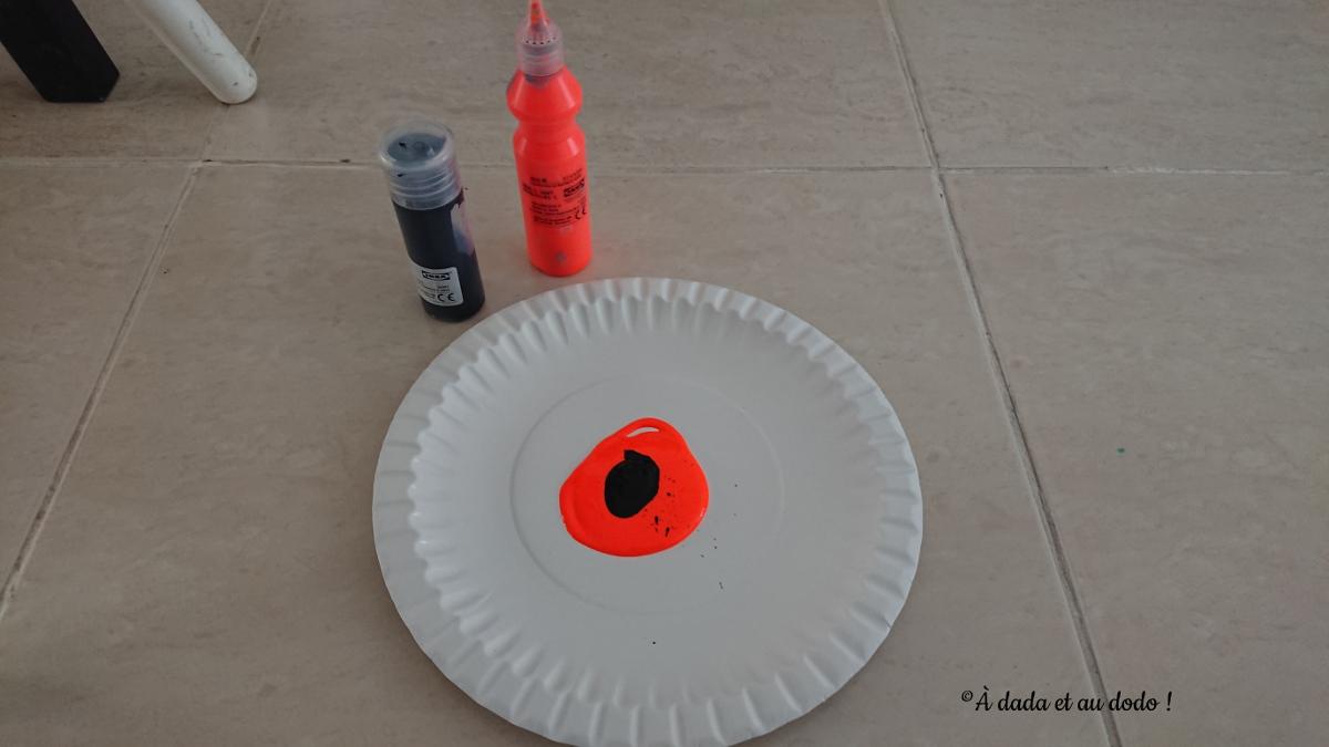 Peinture versée dans une assiette en carton