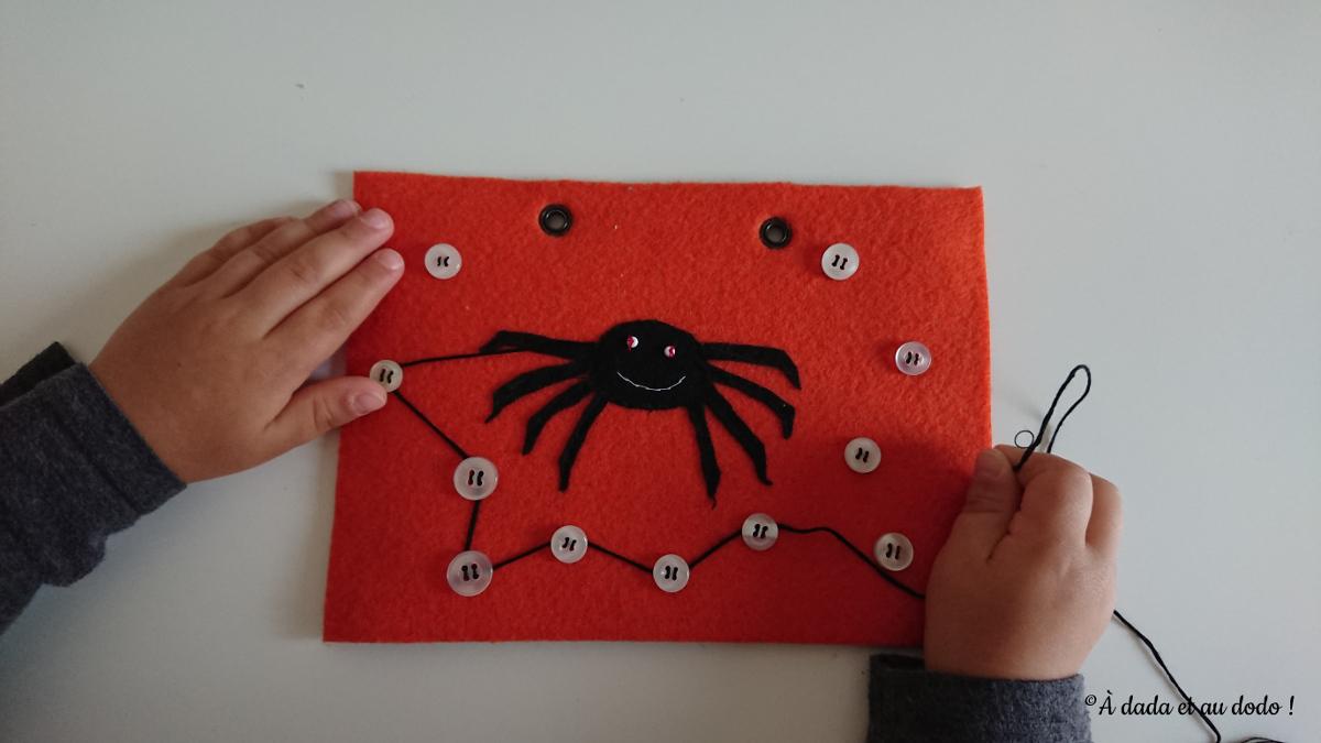 Page de Quiet Book : l'araignée tisse sa toile