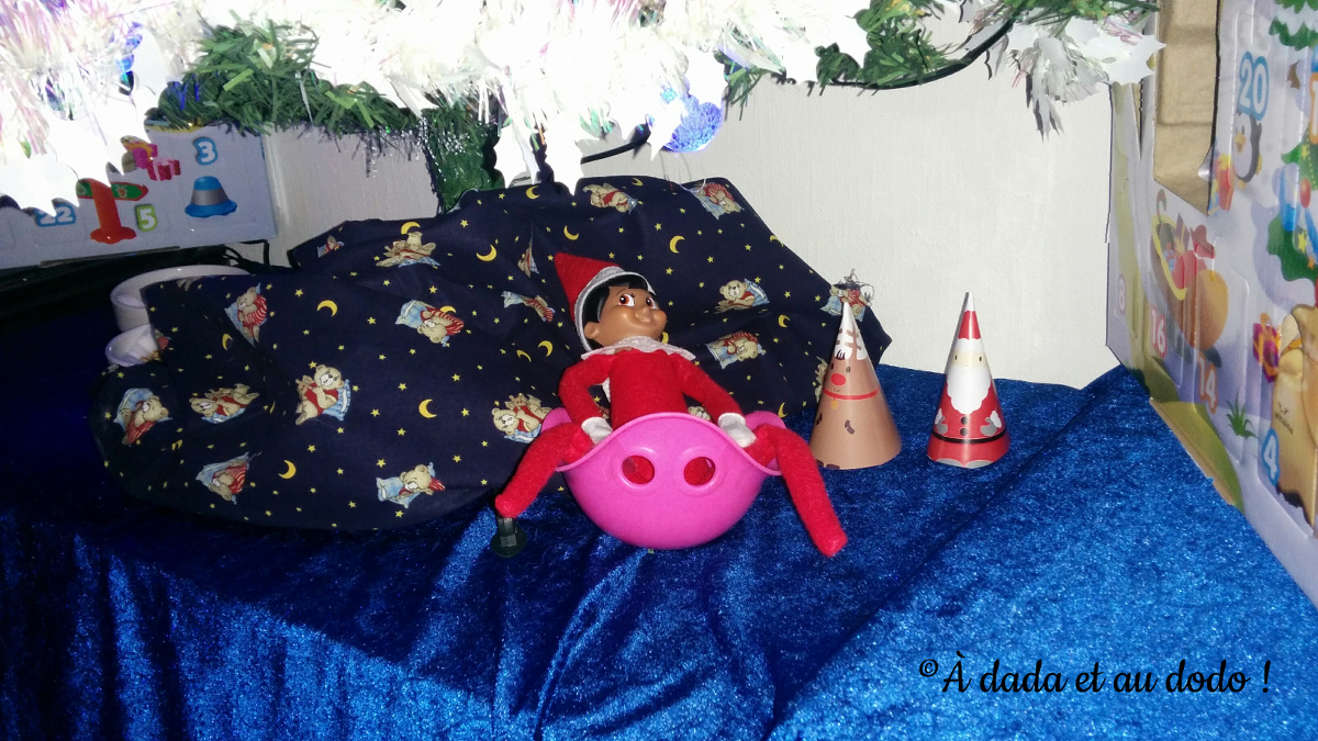 Lutin du Père Noël jouant au Bilibo