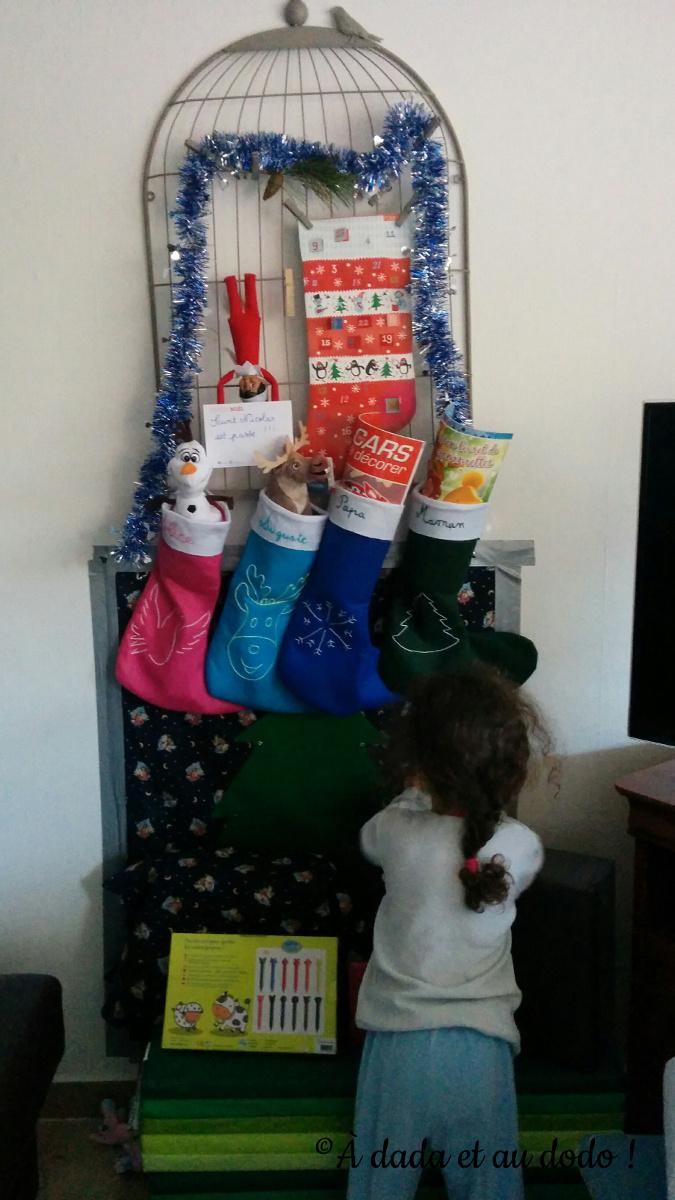 Le lutin du Père Noël présente les cadeaux de Saint Nicolas