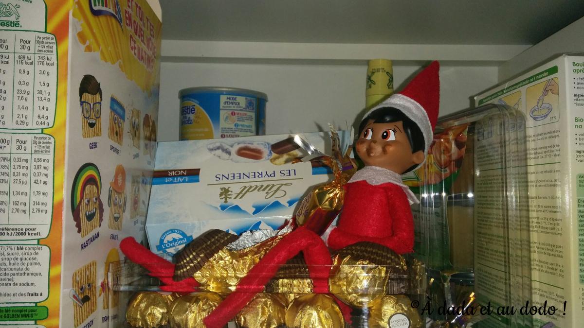 Lutin du Père Noël grignote des chocolats