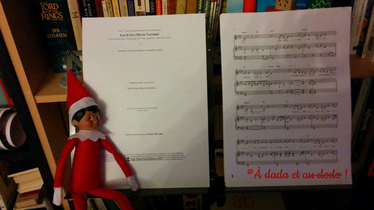 Lutin du Père Noël joue du piano