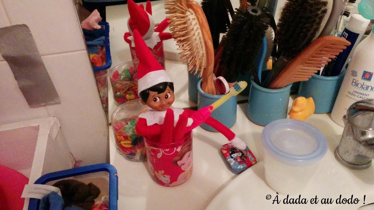 Lutin du Père Noël dans un verre à dent.