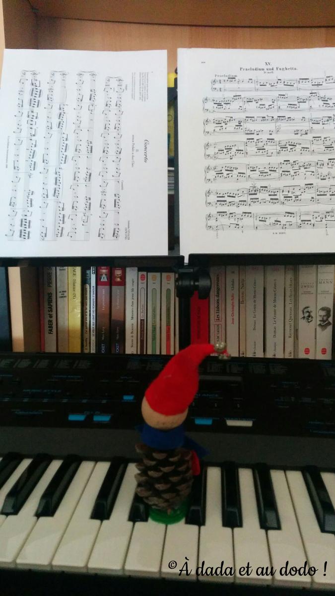 Lutin joue du piano
