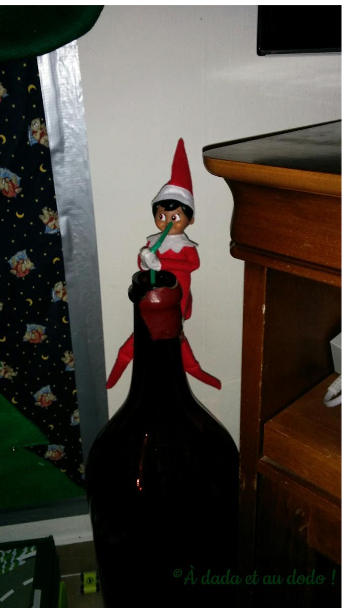 Lutin du Père Noël sirotant du vin !