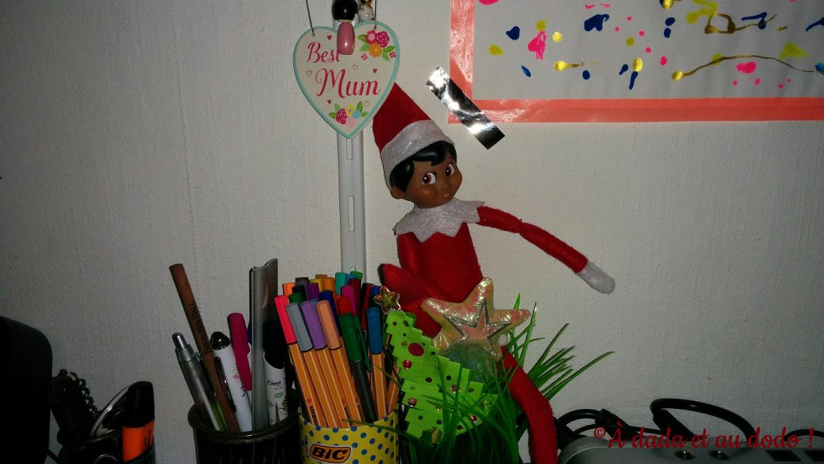Lutin du Père Noël dans un pot à crayon