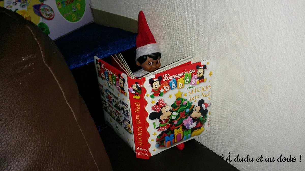 Lutin lit des histoires de Noël