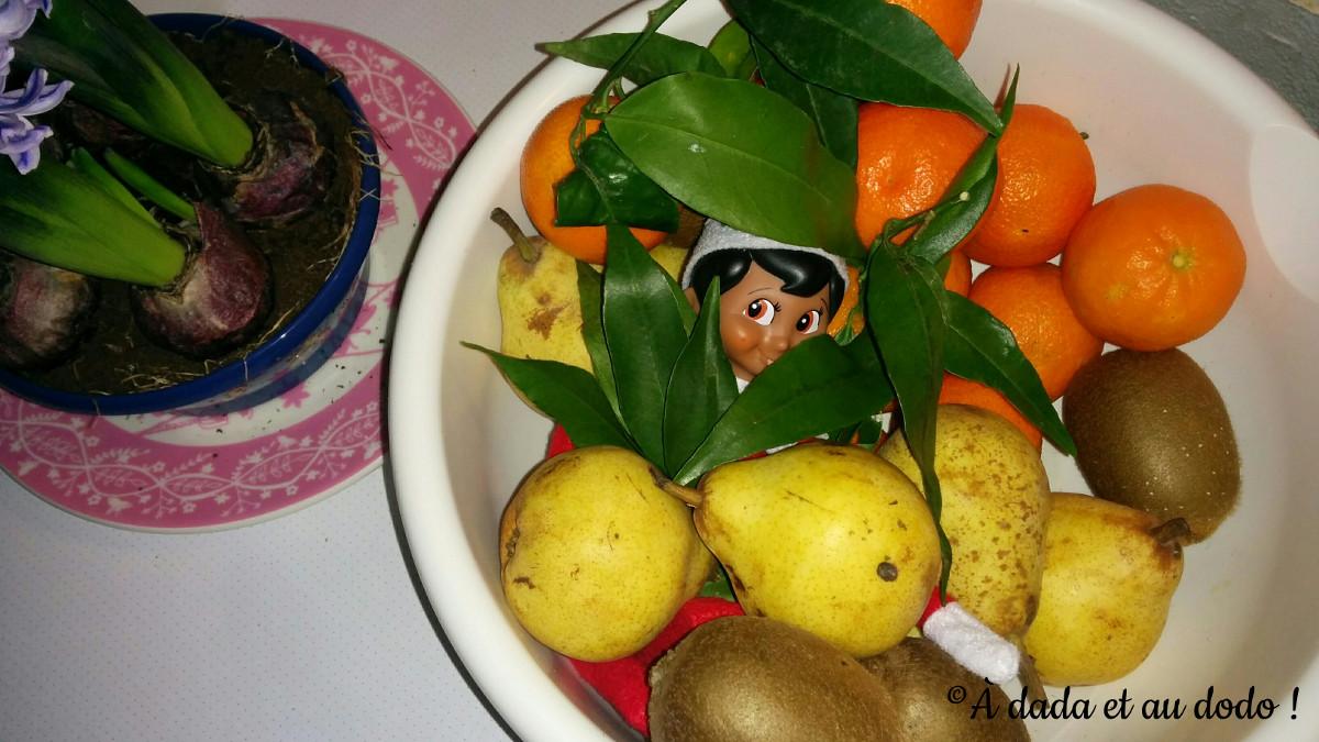 Lutin du Père Noël caché dans le bol de fruits