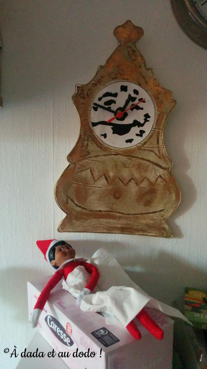 Lutin du Père Noël dort dans une boîte de mouchoirs