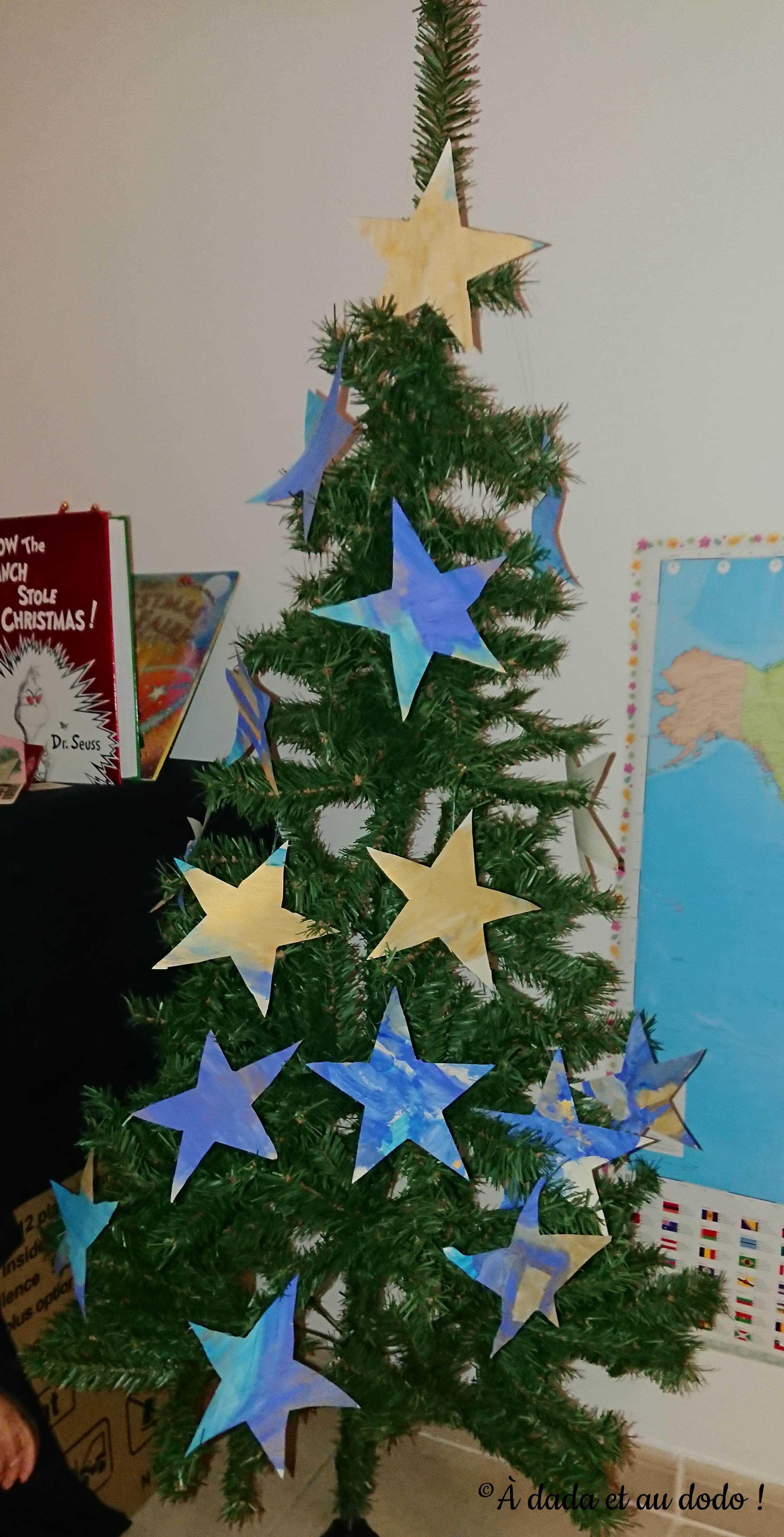Notre sapin décoré d'étoiles en papier.