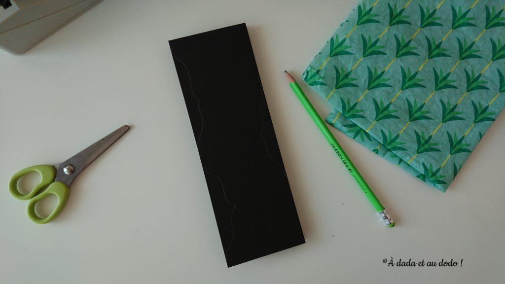 Plier le papier en 4 et dessiner des motifs à découper sur les bords